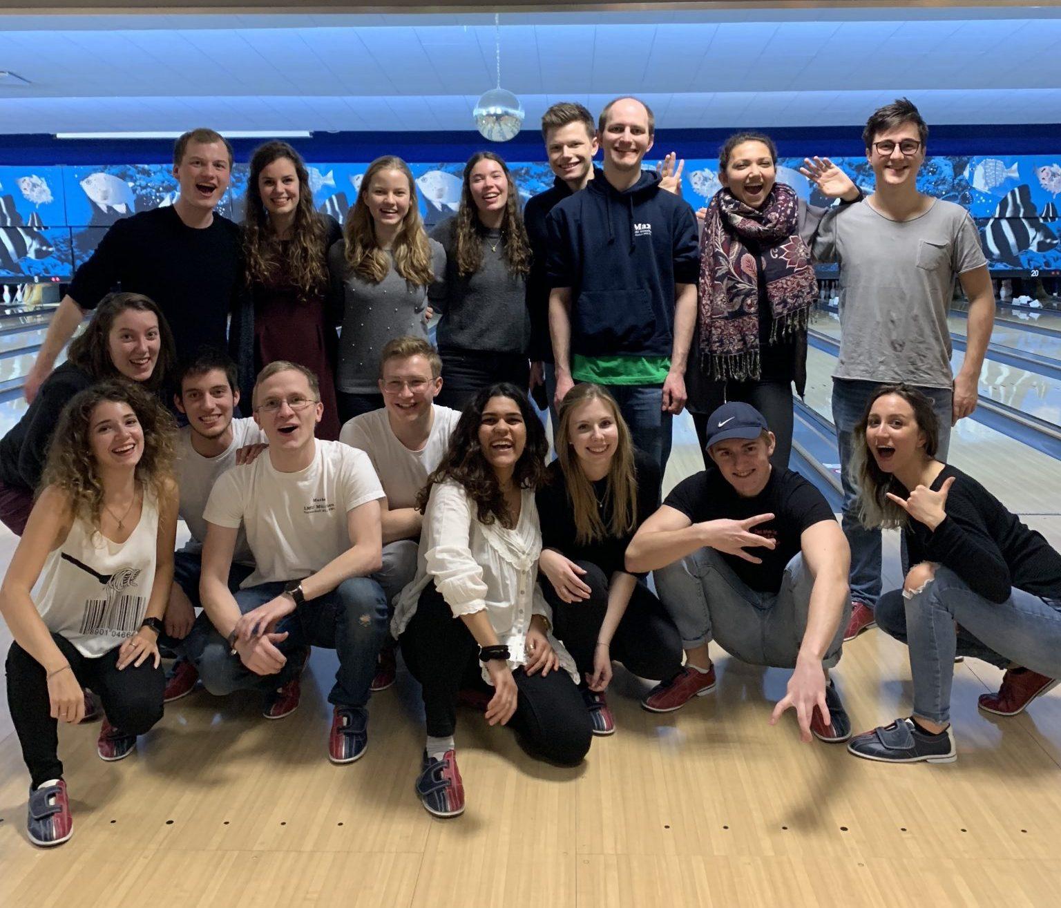 Gruppenfoto auf einer Bowlingbahn